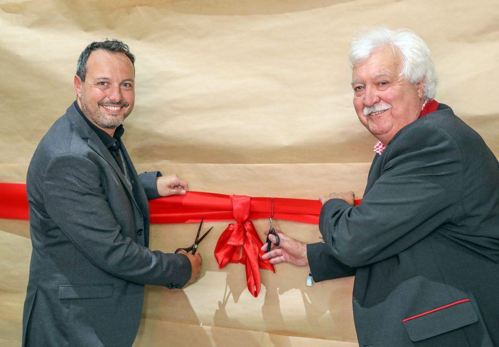 Pressefoto: Otto Hofer jun. und sen. bei der Eröffnung des neuen Happy Horse-Messestandes in Wr. Neustadt