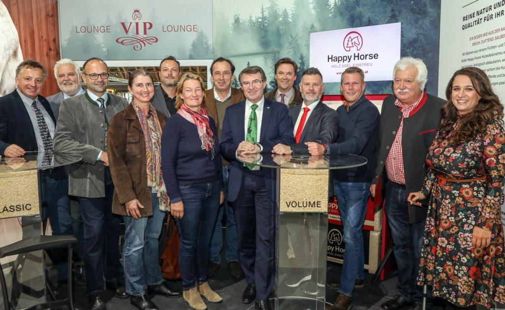 Pressefoto: Gruppenbild bei der Eröffnung des neuen Happy Horse-Messestandes in Wr. Neustadt